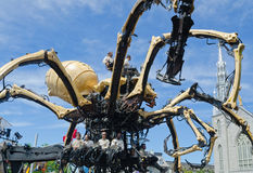 操作一只巨型蜘蛛Kumo的男人和妇女在渥太华 免版税库存图片