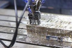 操作员做精确度模子和死的用途EDM electrod 免版税图库摄影