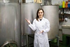 操作员在橄榄油工厂 免版税库存图片