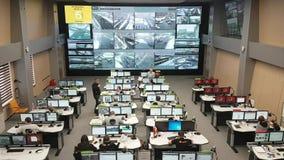 操作员工作在公路交通控制中心 股票录像
