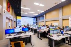 操作员工作在公路交通控制中心 库存图片