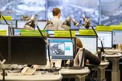 操作员工作在公路交通控制中心 图库摄影