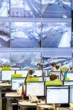 操作员工作在公路交通控制中心 免版税库存图片