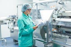 操作员控制在工厂工作的机器 免版税库存照片