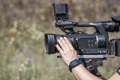 操作员摄影师承担一台专业照相机采访 库存图片