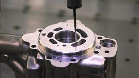 操作员检查维度金属零件由CMM在加工的过程以后在工业工厂 股票视频