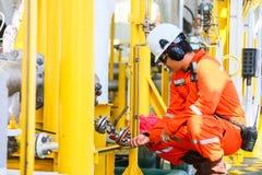 操作员油和煤气过程和船具植物,近海油和煤气产业、近海油和船具的录音操作在油的 免版税库存图片