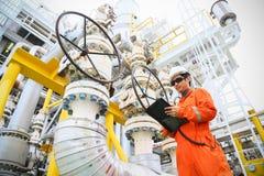 操作员油和煤气过程和船具植物,近海油和煤气产业、近海油和船具的录音操作在油的 免版税库存照片