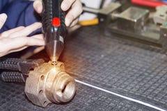 操作员用途刻记碳化物金属微涂层的电镀物品火花设备或在工厂加强产品大量  库存图片