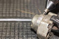 操作员用途刻记碳化物金属微涂层的电镀物品火花设备或在工厂加强产品大量  库存照片