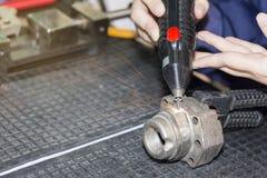 操作员用途刻记碳化物金属镀层的电镀物品火花设备或在工厂加强产品大量  免版税库存图片