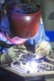 操作员由手工氩弧焊的修理模子 图库摄影