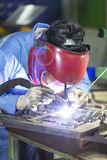 操作员由手工氩弧焊的修理模子 免版税图库摄影