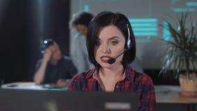 操作员谈话与客户 影视素材