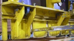 操作器投入在木板台上的被折叠的纸板箱 股票视频