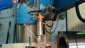 操作在金属工艺设备的工厂雇员处理钻金属 影视素材