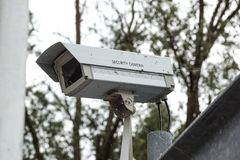 操作很长时间的老CCTV安全监控相机 免版税库存图片