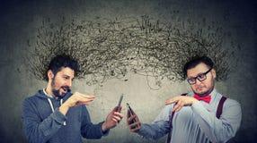 操作有smarpthones的两个人互联网 免版税库存照片