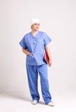 操作的衣裳的医生夫人和诊断书 免版税图库摄影