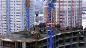 操作观点的一个小组工地工作的建筑工人 股票录像