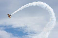 操作airshow双翼飞机 免版税库存照片