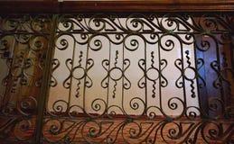 操刀与木扶手栏杆的伪造的栏杆 免版税库存照片