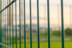 操刀从金属的橄榄球场与绿色草坪 免版税图库摄影