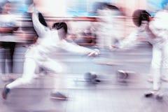 操刀在两个运动员女孩之间的比赛 免版税库存照片