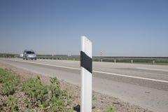 操刀在被弄脏的背景汽车的高速公路 库存图片