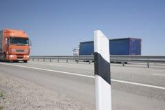 操刀在被弄脏的背景汽车的高速公路 免版税库存照片