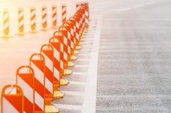 操刀在路沥青的路标 免版税图库摄影