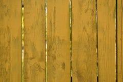 操刀广告的,木板条黄色背景 免版税库存照片