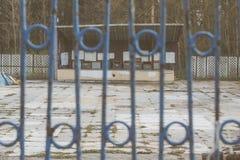 操刀铁金属的要素加工 自由的制约 篱芭在一个被放弃的公园 免版税库存图片