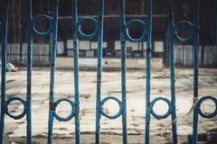 操刀铁金属的要素加工 自由的制约 篱芭在一个被放弃的公园 图库摄影