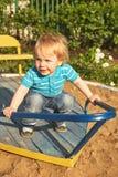 操场区域的逗人喜爱的小男孩 室外的夏天 库存图片