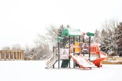 操场在多雪的冬天公园 免版税库存图片