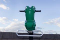 操场在日落的青蛙乘驾 免版税库存照片