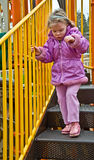 操场的四岁的女孩在冷的天 免版税库存图片
