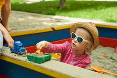 操场的孩子在夏天公园 免版税库存图片