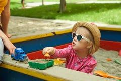 操场的孩子在夏天公园 免版税库存照片