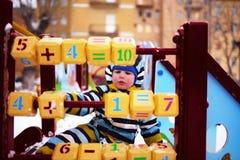 操场的孩子学习与图的立方体 库存照片