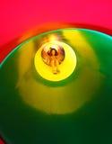 操场的小女孩一张五颜六色的隧道幻灯片的 免版税库存照片