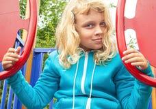 操场的小白肤金发的女孩 图库摄影