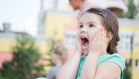 操场的愉快的微笑的小女孩 免版税库存图片