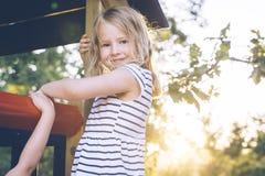 操场的白肤金发的女孩 免版税库存图片