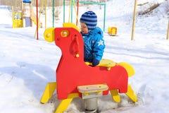 操场的婴孩在冬天 库存图片