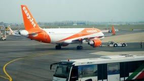 操纵出租汽车的民用飞机在机场 股票视频