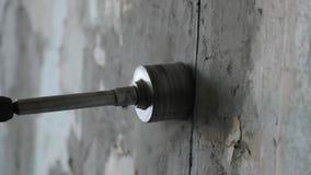 操练与一个圆的建筑冠的混凝土 工作者操练有穿孔器的墙壁 慢动作录影 股票录像