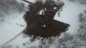 操练与一台凿岩机的一口深井在冬天森林领域的石油燃气油田位于堪察加,寒带草原 股票录像
