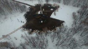 操练与一台凿岩机的一口深井在石油燃气油田在冬天森林领域位于堪察加 股票录像